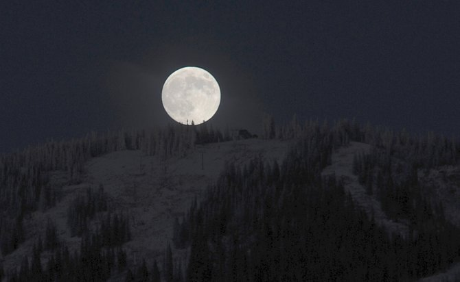 "The rising full moon often looks larger than it really is. In fact, it is no larger when seen near the horizon than when it is seen overhead. Psychologists think this ""moon illusion"" might be due to the human eye and brain subconsciously comparing its size to foreground objects when close to the horizon."